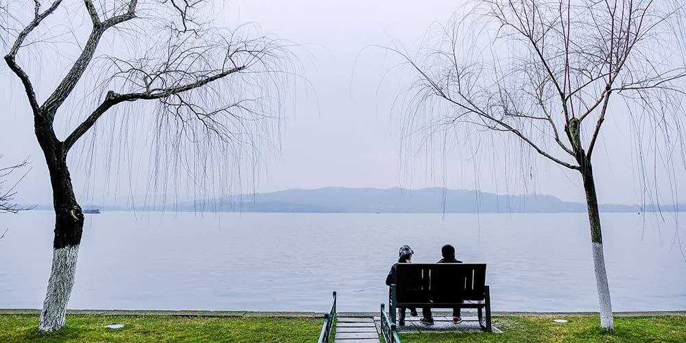 Turistas apreciam paisagem do Lago Oeste em Hangzhou