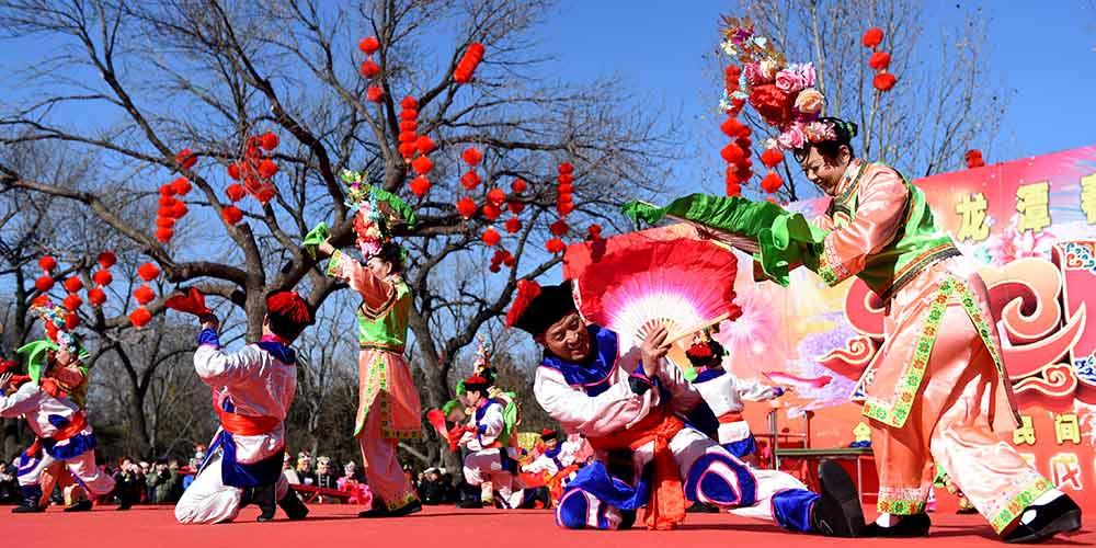 Chineses celebram com alegria o Ano Novo Lunar chinês