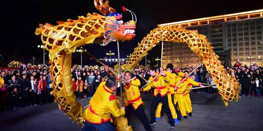 Artistas folclóricos apresentam dança do dragão em Hubei, no centro da China