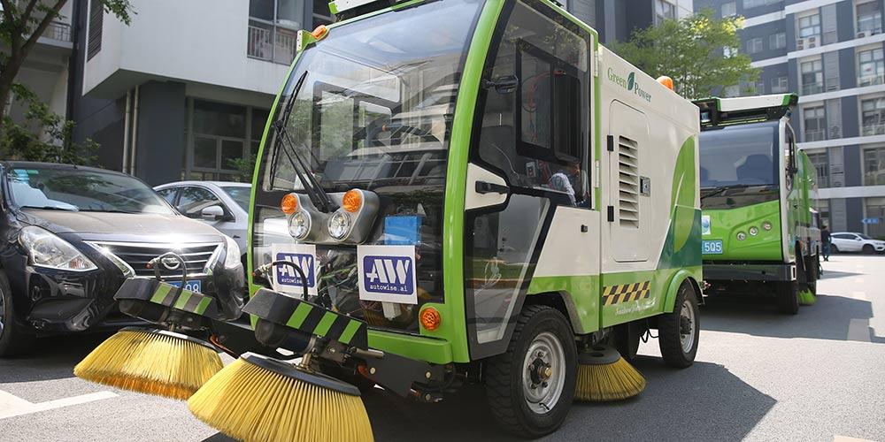Veículos-vassoura autônomos passam por teste de funcionamento em Shanghai