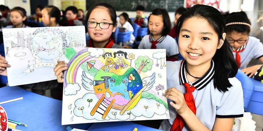 Escolas na China realizam atividades de desenho em comemoração ao Dia da Terra
