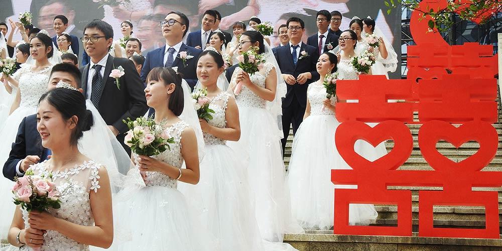 Casais participam de cerimônia de casamento conjunta em Hangzhou