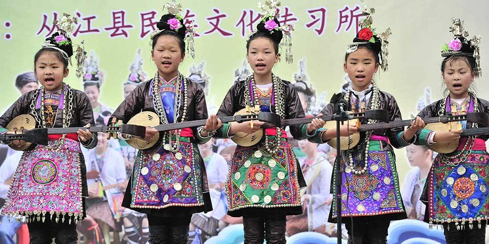 Estudantes promovem cultura tradicional do grupo étnico Dong em Guizhou