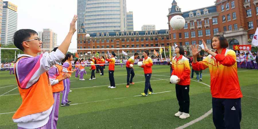 Equipe de vôlei feminino de Tianjin interage com alunos do ensino médio