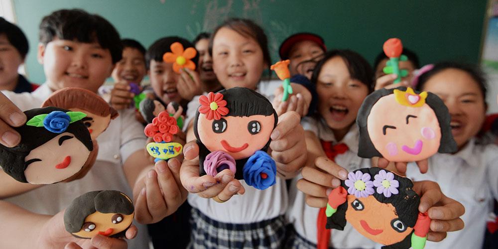 Alunos celebram próximo Dia das Mães em Handan, norte da China