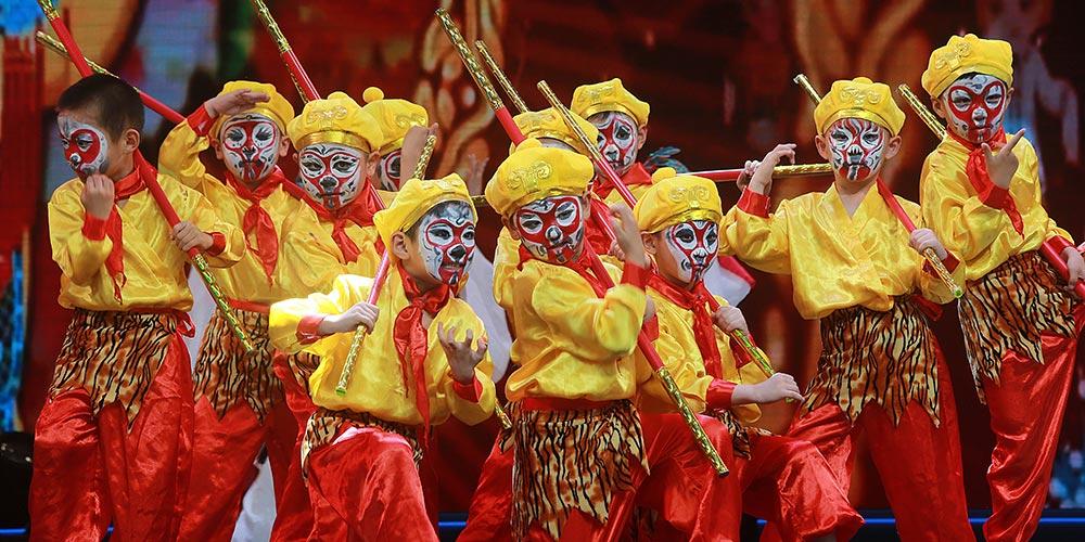 Jovens artistas encenam óperas chinesas tradicionais em Wuhan