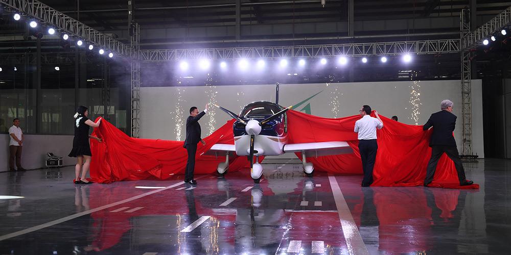 Primeiro avião desenvolvido por empresa privada sai da linha de montagem