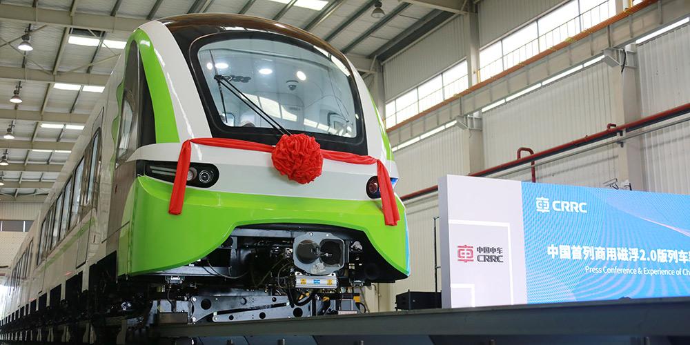 Novo trem de levitação magnética da China sai da linha de produção