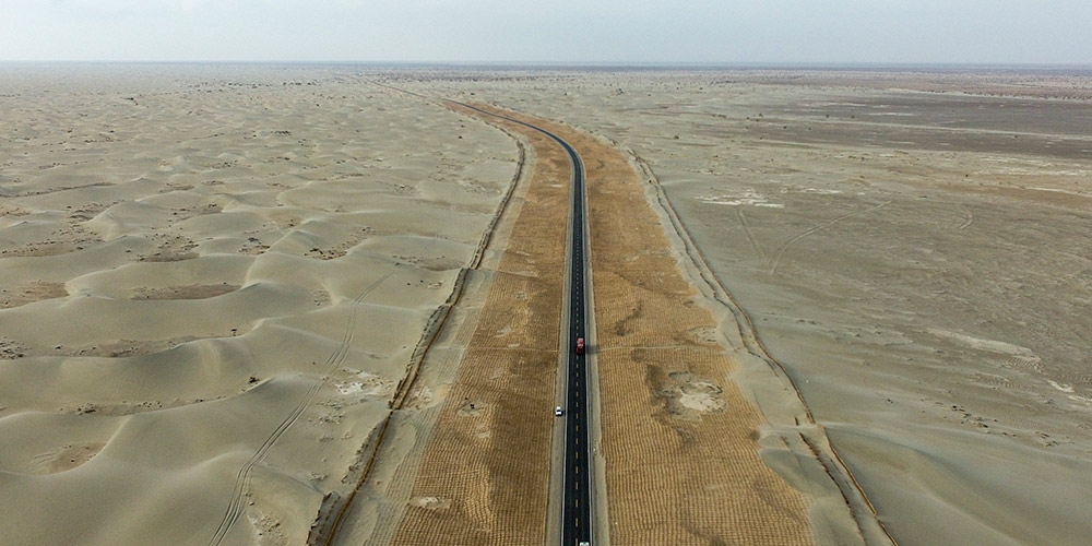 Galeria: Rodovia no Deserto Taklimakan em Xinjiang, noroeste da China