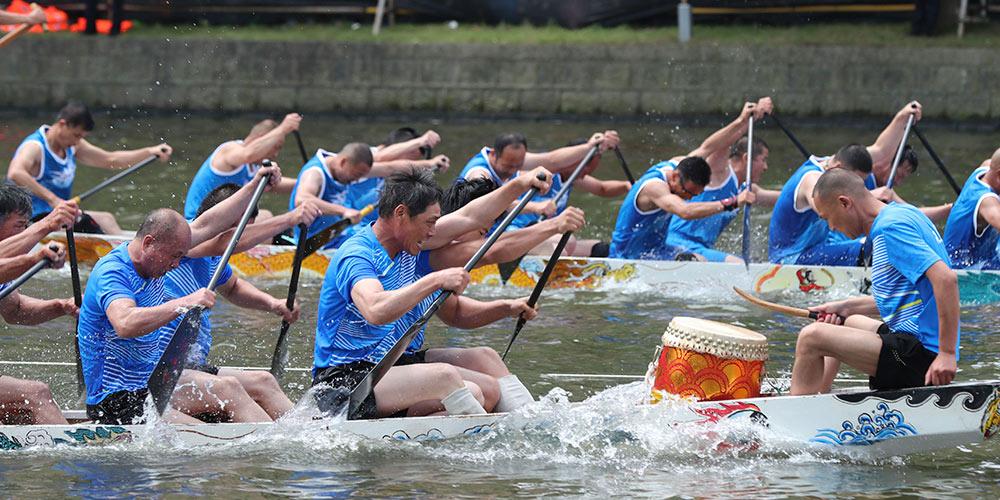 Chineses participam de corridas de barcos do dragão ao redor da China
