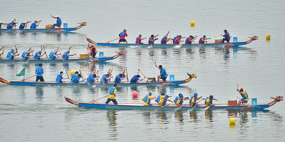 Pessoas participam de corrida de barcos-dragão em Hubei, centro da China