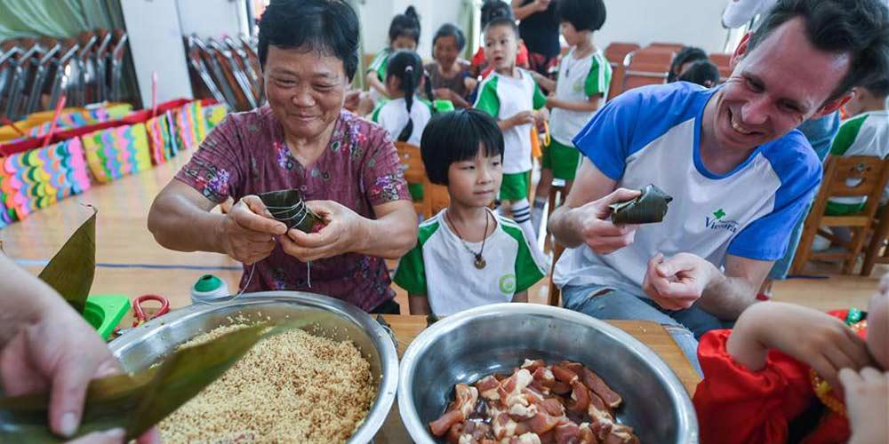 Crianças participam de atividades para celebrar Festival do Barco-Dragão em Zhejiang