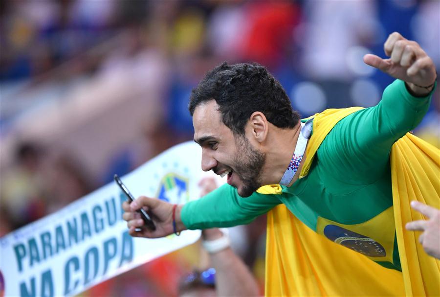 Torcedores brasileiros comparecem ao primeiro jogo do Brasil na Copa do Mundo
