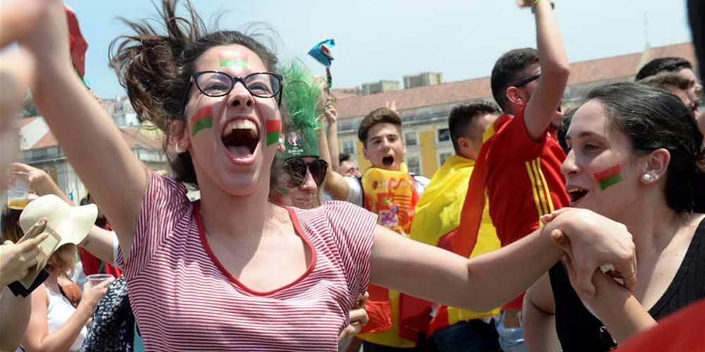 Torcedores portugueses assistem partida entre Portugal e Marrocos