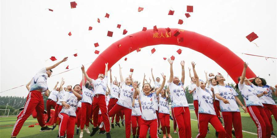 Estudantes em Shanxi participam de cerimônia de chegada à idade adulta