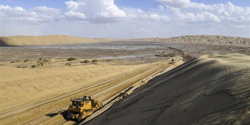 Construção de estrada no deserto de Taklimakan, noroeste da China