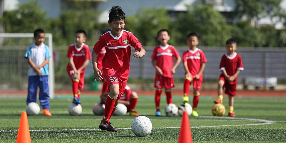 Jovens jogadores de futebol treinam em acampamento de verão em Guizhou