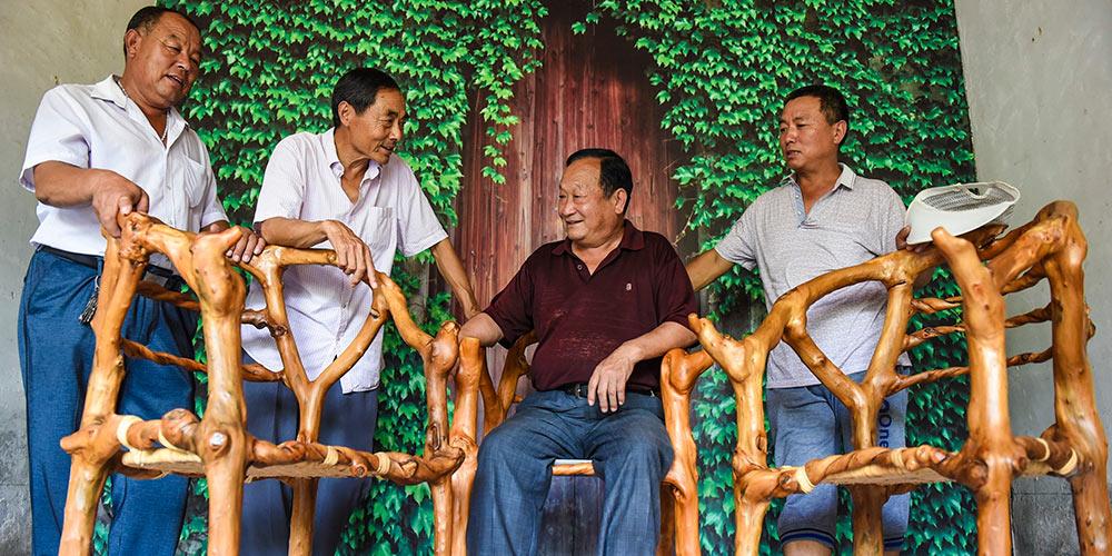 """Agricultor cultiva árvores em forma de """"móveis ecológicos"""" na província chinesa de Hebei"""
