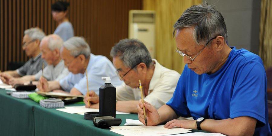 Ex-alunos e professores aposentados da Universidade Normal de Shaanxi escrevem cartas de admissão para calouros