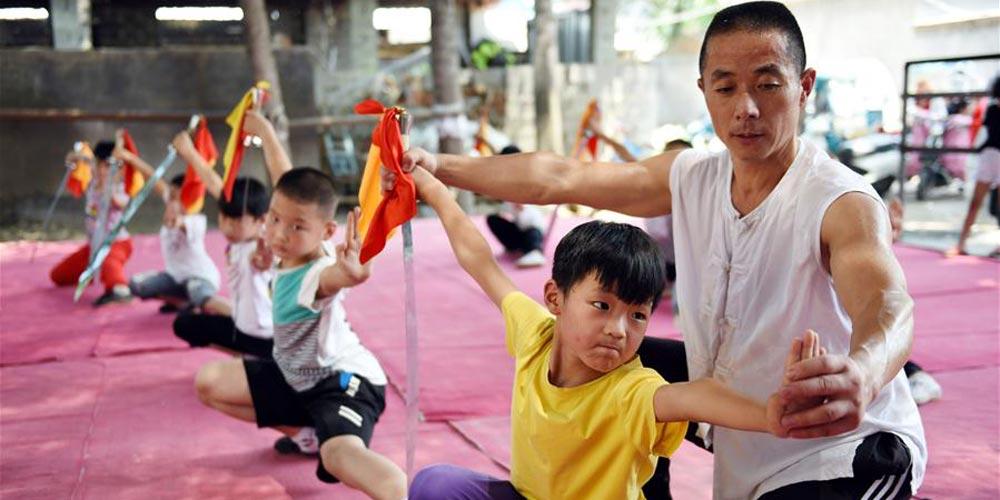 Alunos aprendem várias habilidades durante as férias de verão em toda a China