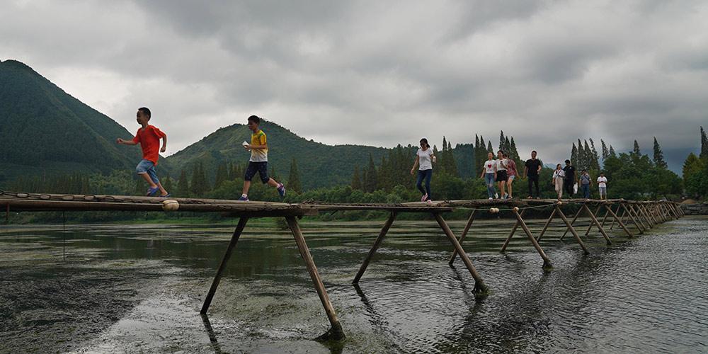 Turismo rural melhora renda de moradores da aldeia Longmen em Zhejiang, leste da China