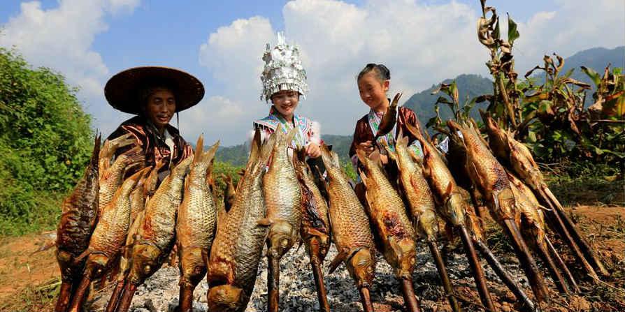 Aldeões do grupo étnico Miao celebram colheita em Guangxi