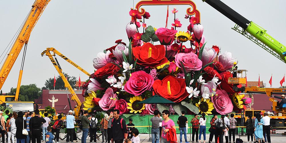 Praça Tian'anmen recebe decoração para o Dia Nacional da China