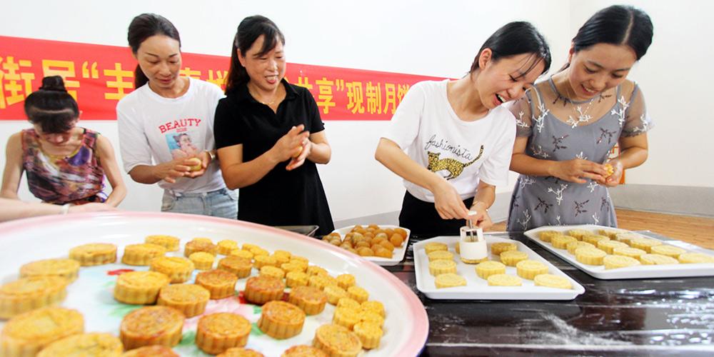 Chineses celebram Festival da Lua fazendo bolos da lua