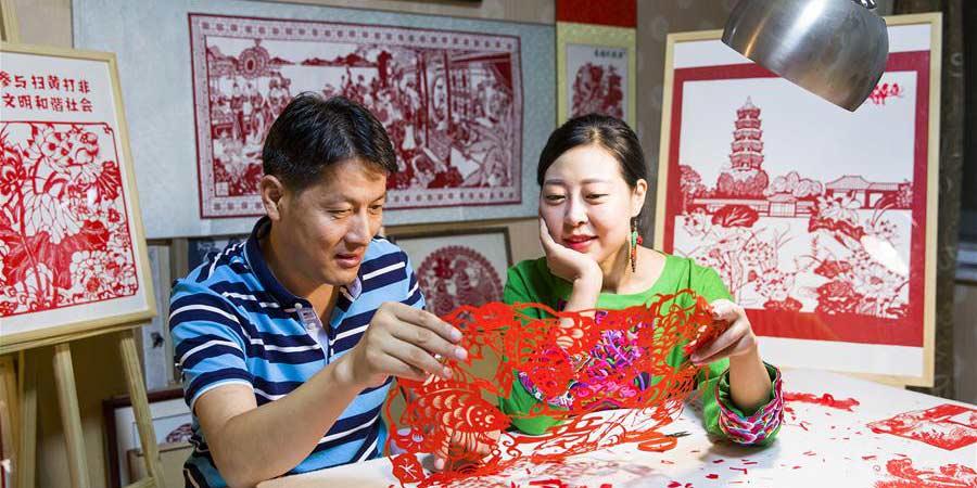 Corte de papel é criado para celebrar o primeiro festival de colheita dos agricultores chineses em Shandong