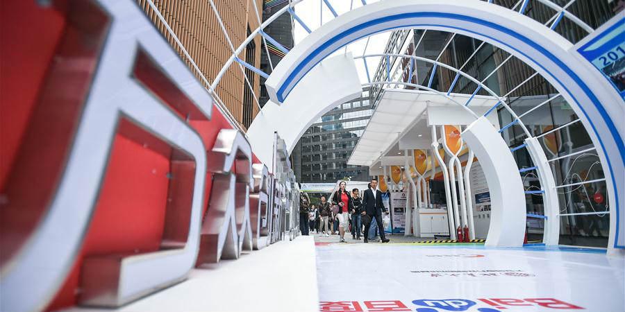 Pessoas visitam local da Semana Nacional de Inovação e Empreendedorismo de Massa de 2018 em Chengdu