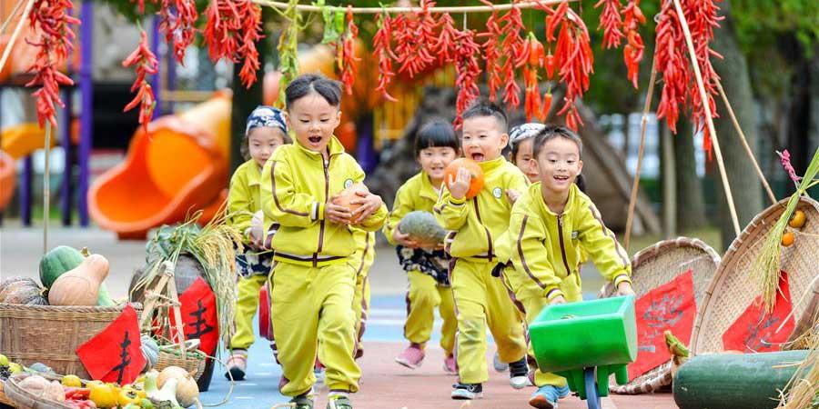 Crianças experimentam trabalho agrícola em Zhejiang