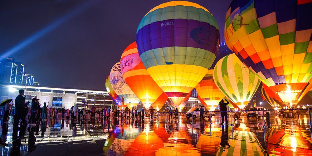 Balões de ar quente coloridos iluminam praça em Guizhou