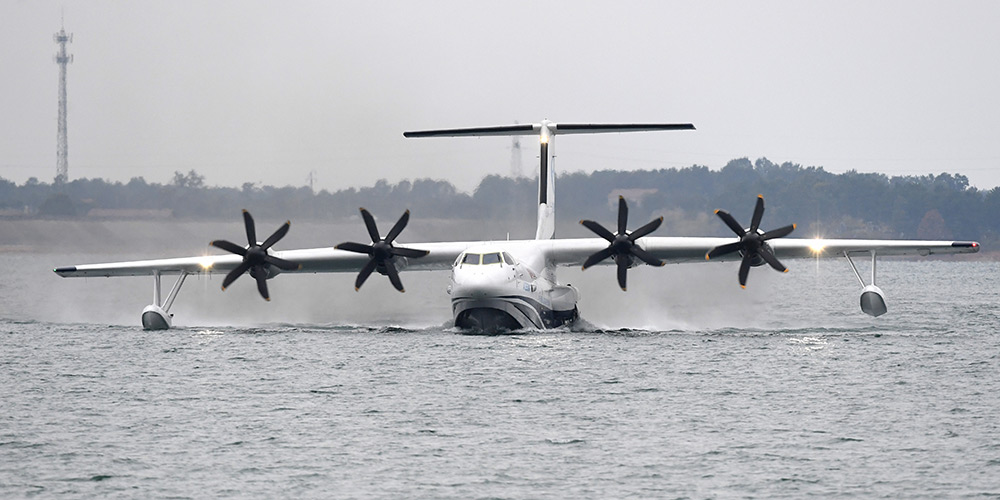 Grande avião anfíbio de fabricação chinesa completa primeira decolagem nas águas