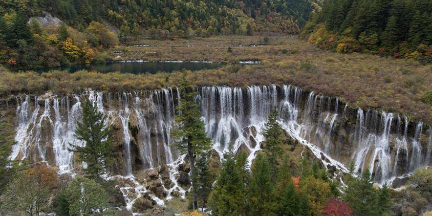 Trabalhos de renovação em andamento no vale Jiuzhaigou em Sichuan