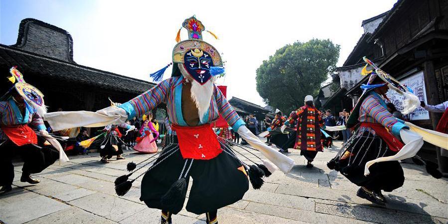 Trupe de ópera tibetana se apresenta no Festival de Teatro de Wuzhen, no leste da China