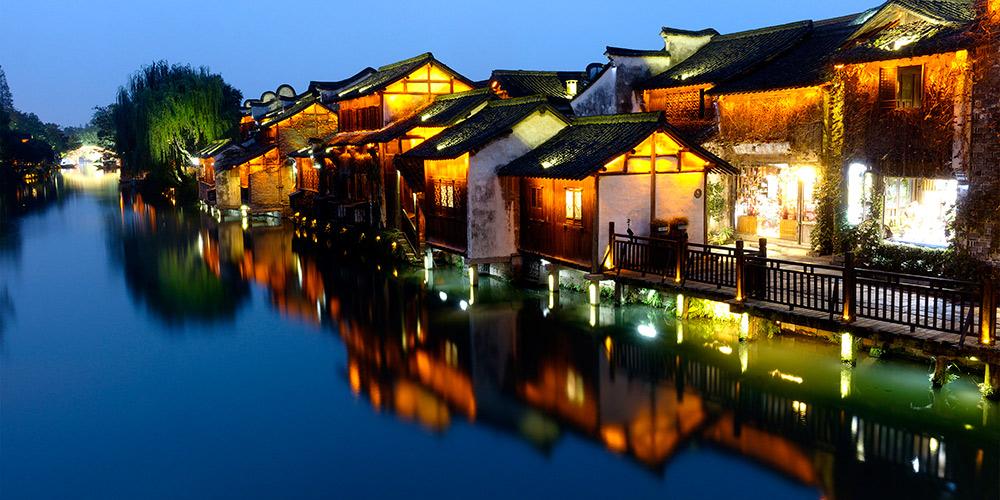 Vista noturna de Wuzhen, local da 5ª Conferência Mundial de Internet