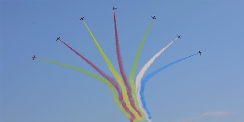 Equipes de acrobacias aéreas se apresentam na 12ª Exposição Internacional de Aviação e Aeroespacial da China em Zhuhai