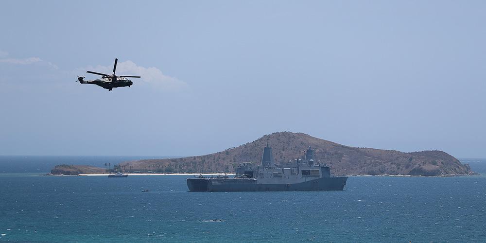 Helicópteros e navio de guerra patrulham nas águas na proximidade de Port Moresby antes da s reuniões da APEC