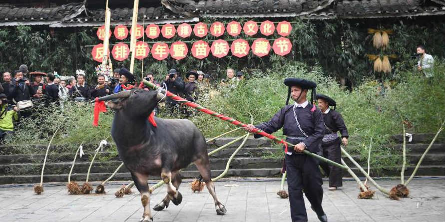 Pessoas da étnia Miao celebram festival tradicional em Guizhou