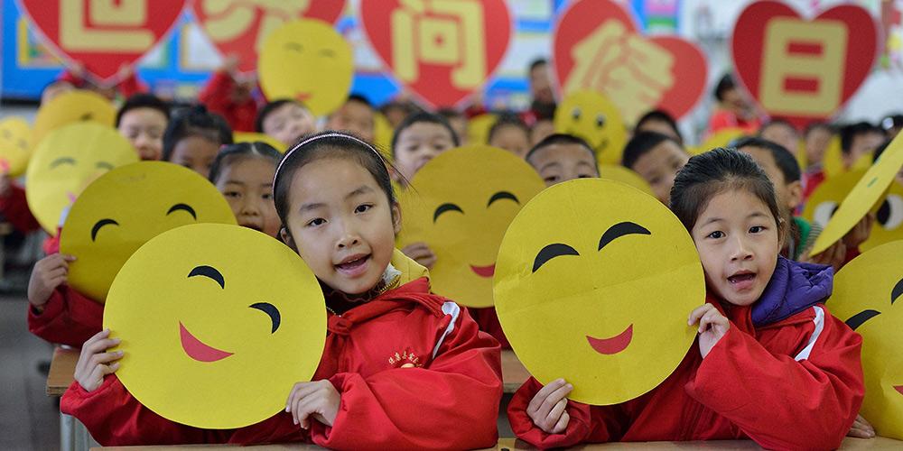"""Crianças confeccionam cartões para celebrar o """"Dia Mundial do Olá"""""""