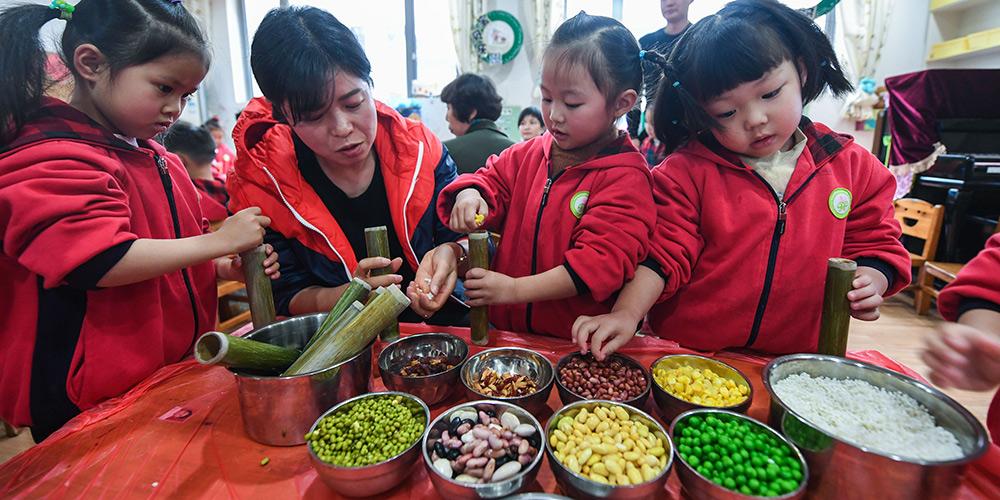 """Crianças fazem comida tradicional para saudar o termo solar chinês """"Xiaoxue"""""""