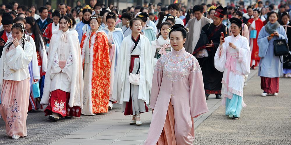 Pessoas apresentam Hanfu durante evento em Xi'an