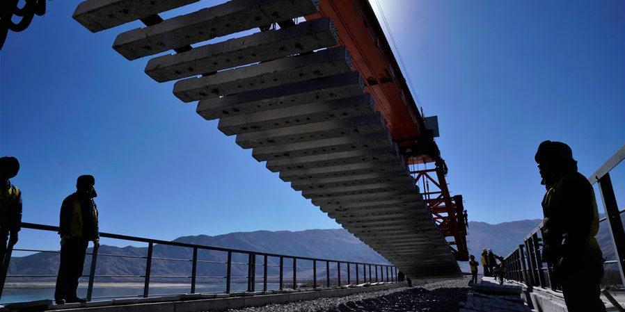 Imagens: Instalação dos trilhos na ponte do rio Yarlung Zangbo da ferrovia Sichuan-Tibet
