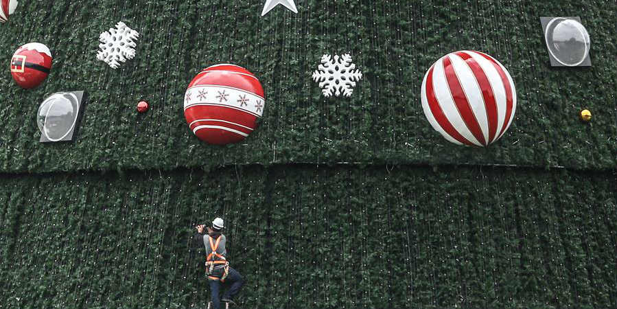 Árvore de Natal de 43 metros de altura é instalada em parque de São Paulo, Brasil