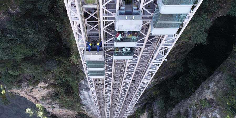 Técnicos trabalham em elevador a 335 metros de altura em Hunan
