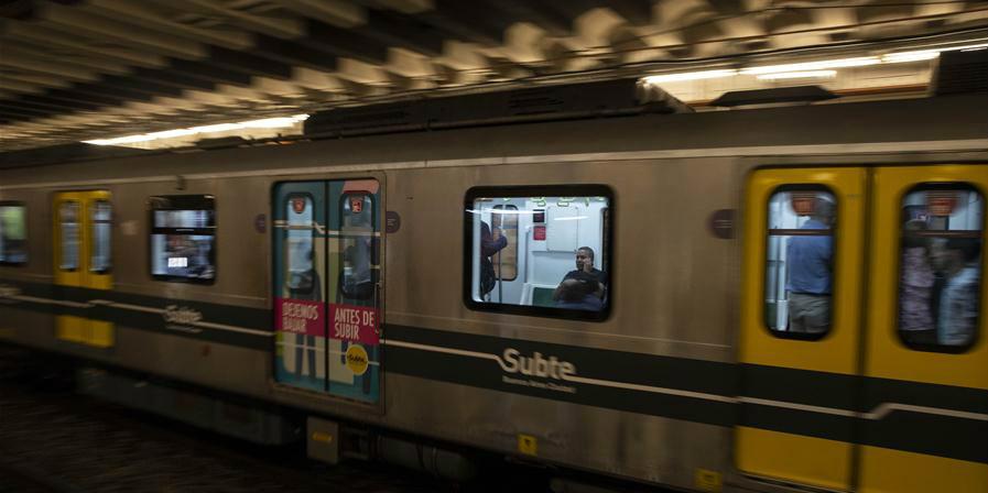 Trens construídos pela China oferecem passeios convenientes para os argentinos em Buenos Aires