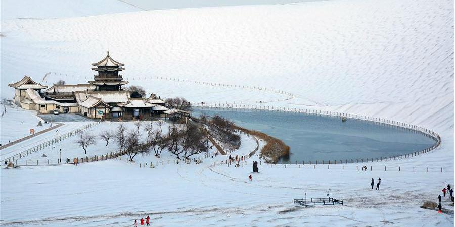 Neve na Montanha Mingsha e Primavera Crescente deixa ponto turístico ainda mais atraente
