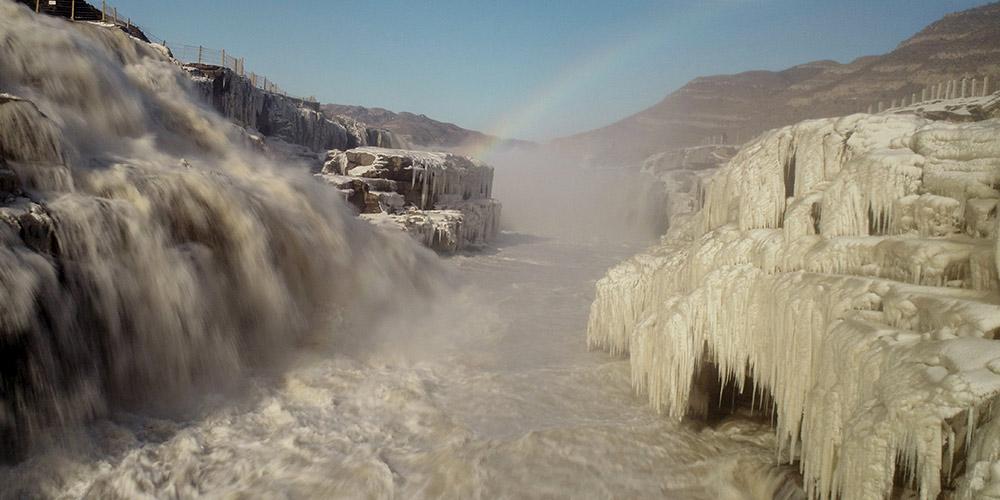 Arco-íris sobre cachoeira Hukou