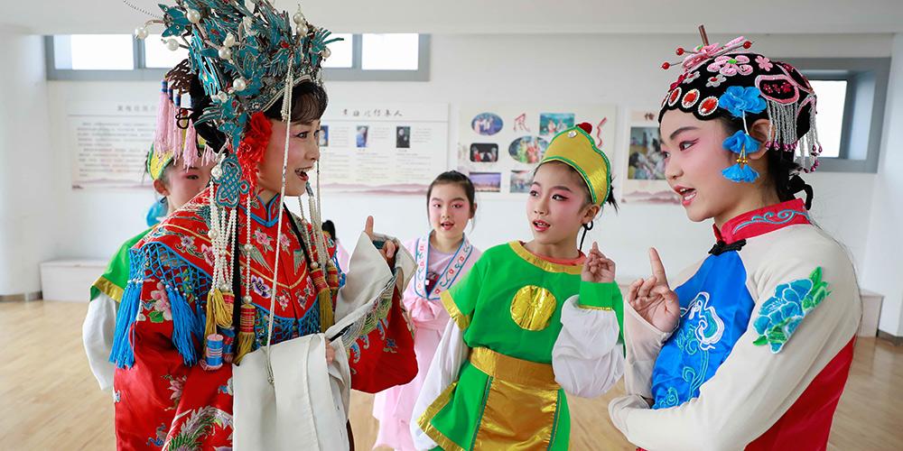 Artistas da Ópera Huangmei ensinam ópera a estudantes para promover cultura tradicional