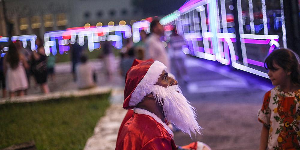 Ônibus com decorações natalinas fazem viagens gratuitas em São Paulo